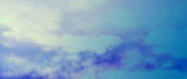 Reflexión del cielo nublado en agua Vector stock de ilustración