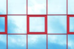 Reflexión del cielo y de las nubes en la pared de cristal del edificio imagen de archivo libre de regalías