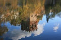 Reflexión del convento de Novodevichy en la charca. Imagenes de archivo