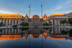 Reflexión del edificio del capitolio del Estado de Nueva York en la puesta del sol, Albany, NY, los E.E.U.U. imágenes de archivo libres de regalías