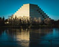 Reflexión del edificio de la pirámide foto de archivo libre de regalías