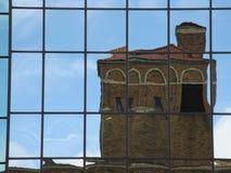 Reflexión del edificio de ladrillo imágenes de archivo libres de regalías
