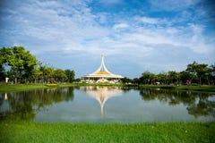 Reflexión del edificio en el parque Luang Rama 9 Bangkok de Suan Foto de archivo libre de regalías