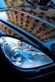 Reflexión del edificio en un coche Fotografía de archivo libre de regalías