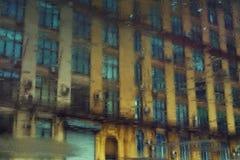Reflexión del edificio urbano en un charco Foto de archivo libre de regalías