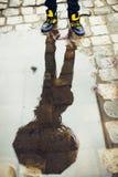 reflexión del hombre en el agua Imagen de archivo libre de regalías