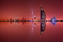 Reflexión del horizonte de Dubai en la noche, Dubai, United Arab Emirates Imagen de archivo