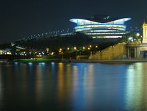 Reflexión del horizonte de la noche de la ciudad Foto de archivo