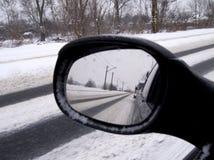 Reflexión del invierno en el coche del espejo retrovisor Imagenes de archivo