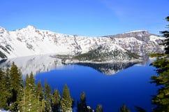 Reflexión del invierno en el lago Oregon los E.E.U.U. crater Foto de archivo libre de regalías
