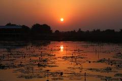 Reflexión del lago de la puesta del sol y de la salida del sol en color hermoso del cielo imágenes de archivo libres de regalías