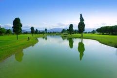 Reflexión del lago del campo de hierba verde del campo de golf Imágenes de archivo libres de regalías