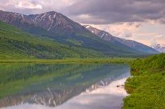 Reflexión del lago en el bosque del Estado de Chugach imagen de archivo