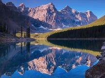 Reflexión del lago Morain Foto de archivo