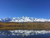 Reflexión del lago Ridge de la montaña Paisaje asombroso de la montaña Montañas de Altai Estepa de Kurai Lago Dzhangyskol fotos de archivo libres de regalías