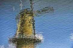 Reflexión del molino de viento en Delfshaven Imagen de archivo