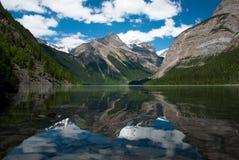 Reflexión del montaje Robson en el lago Kinney Fotos de archivo