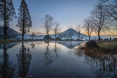 Reflexión del monte Fuji tomada del campo de Fumotopara Fuji imagenes de archivo