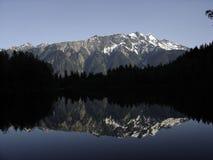 Reflexión del Mt. Currie en el lago Ivey Foto de archivo