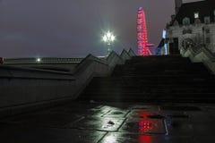 Reflexión del ojo de Londres antes del amanecer Fotos de archivo libres de regalías