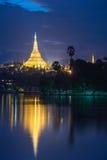 Reflexión del pagonda de Shwedagon Fotos de archivo libres de regalías