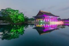 Reflexión del palacio de Gyeongbokgung en la noche en Seul, Kore del sur Imagen de archivo libre de regalías
