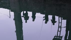 Reflexión del pescador en el agua Pesca en el río almacen de metraje de vídeo