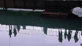 Reflexión del pescador en el agua Pesca en el río metrajes