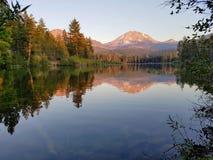 Reflexión del pico de montaña en el lago en el parque de Lassen Foto de archivo