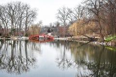 Reflexión del puente de la charca del parque de los leones - Janesville, WI Imagenes de archivo