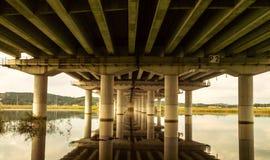 Reflexión del puente en el río abajo Fotos de archivo libres de regalías