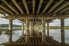 Reflexión del puente en el río abajo Foto de archivo