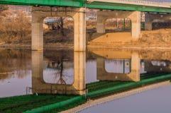 Reflexión del puente en el río abajo Imagen de archivo libre de regalías