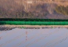 Reflexión del puente en el río abajo Imagenes de archivo