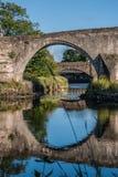 Reflexión del puente en montañas de Stirling, Escocia Imagen de archivo libre de regalías