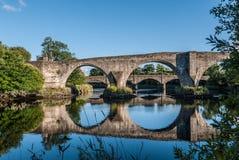 Reflexión del puente en montañas de Stirling, Escocia Fotos de archivo libres de regalías