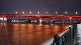 Reflexión del puente iluminado en el río en la noche almacen de metraje de vídeo