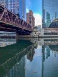 Reflexión del puente y del paisaje urbano de Chicago sobre el río Chicago imagenes de archivo