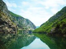 Reflexión del río de la montaña Fotos de archivo libres de regalías
