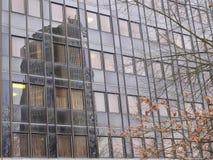 Reflexión del rascacielos imagenes de archivo