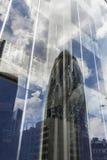 Reflexión del rascacielos del pepinillo (30 St Mary Axe) Imagen de archivo