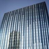 Reflexión del rascacielos en las ventanas de cristal Dubai UAE Fotografía de archivo libre de regalías