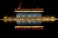 Reflexión del templo en el río imagenes de archivo