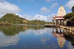 Reflexión del templo hindú en el lago Ganga Talao Imagen de archivo libre de regalías