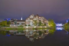 Reflexión del tiro de la noche del edificio residencial Imágenes de archivo libres de regalías