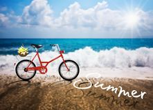 Reflexión del verano de la playa de Sun del mar de la bicicleta del vector Imagen de archivo libre de regalías