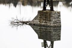 Reflexión duplicada en la simetría perfecta del pilar a de la piedra del puente imagen de archivo libre de regalías