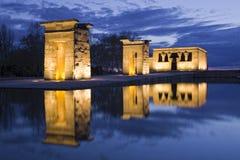 Reflexión egipcia del templo en la noche fotografía de archivo