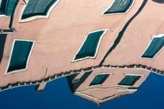 Reflexión en agua del canal de Venecia Imagenes de archivo