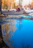 Reflexión en aguas Caminata en parque Foto de archivo libre de regalías